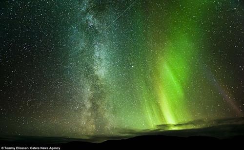 摄影师汤米·艾里亚森拍摄到极光、银河和流星水乳交融的天文奇景。