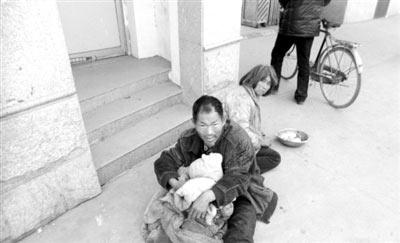 网络上流传的两老人乞讨的照片