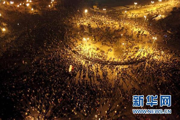 11月20日,抗议者聚集在埃及首都开罗的解放广场。埃及卫生部20日晚宣布,当天首都开罗市中心解放广场的示威者与军警之间爆发冲突。 新华社/路透