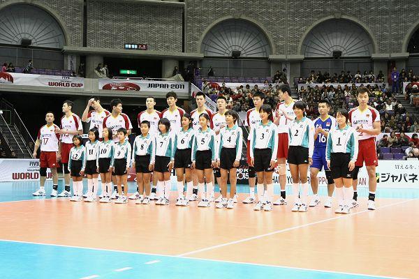 图文:世界杯男排0-3俄罗斯 中国队与球童合影