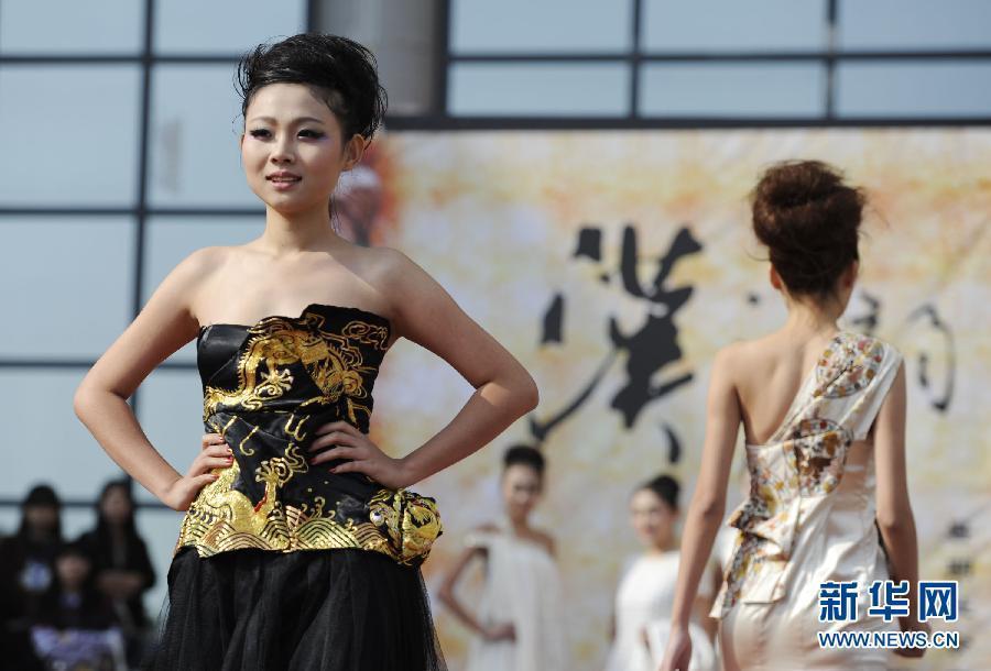 现代晚礼服美女手绘