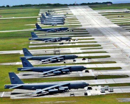 资料图:美军在关岛的B-52轰炸机集群。