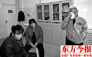 娄风涛的父亲(右)在听到晓露即将不治的时候流下了眼泪