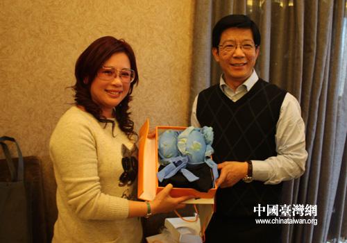 葫芦岛市副市长石文光与台湾中国海峡旅行社董事长兼总经理许淑玲女士互赠礼品。