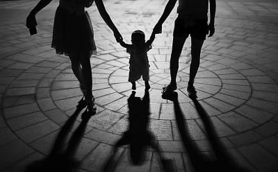 9月7日,海南省海口市健身广场,一名幼儿在家人的牵手下蹒跚学走路。(图中人物与本文无关)CFP供图