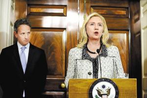 11月21日,美国国务卿希拉里·克林顿(右)和财政部长蒂莫西·盖特纳宣布对伊朗实施制裁的新措施。新华社发
