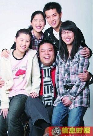 萧百佑和他的四个孩子。由左到右分别为老四萧冰、老三萧箫、父亲萧百佑、老大萧尧和老二萧君。