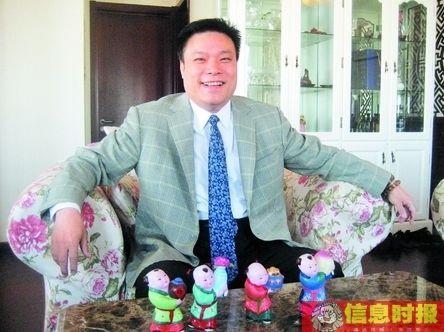 """在萧百佑家,由4部分组成的物品随处可见。萧百佑面前的4个玩偶代表着四个孩子,他起名为""""福""""、""""禄""""、""""寿""""、""""喜""""。"""