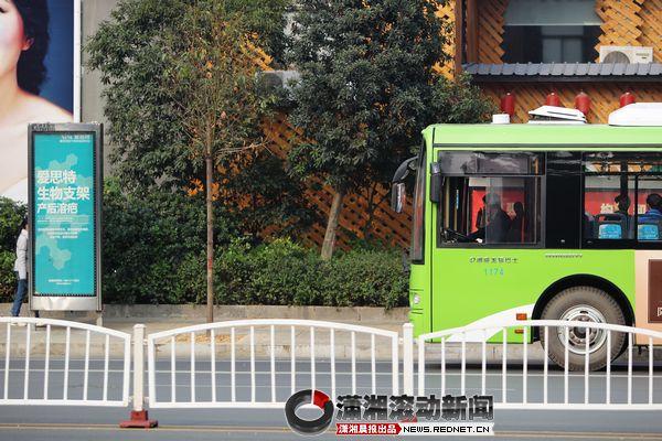 """公交车不从这走了路牌还在 请您为公交路""""纠错""""(组图)"""