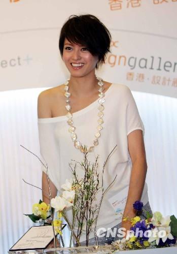 资料图:2010年6月15日,香港艺人梁咏琪在会展中心设计廊为香港原创品牌O+开设的首家零售点揭幕。品牌Object+是由一批香港本地设计师原创的时尚家品系列,作品赢得多项国际奖项。