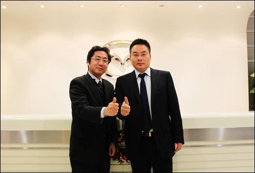 长安马自达售后服务总监北裕治(左)和长安马自达售后服务副总监周金琼(右)