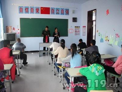 来到大安市特殊教育学校,通过手语老师的翻译,为聋哑孩子宣传消防知识