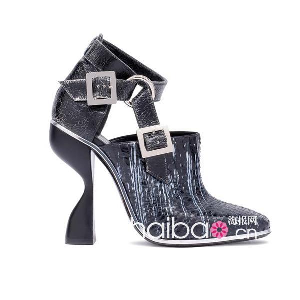 巴黎世家 (Balenciaga) 2012春夏女装秀带来的先锋派未来主义风格是不是让很多报友依然印象深刻?不管是夸张的建筑廓形还是掩住半张脸的夸张宽檐帽都极具记忆点。出自鞋履设计师皮埃尔哈迪 (Pierre Hardy) 之手的立体结构高跟鞋,更是给外太空使者般的造型加分很多今天海报网编编就带报友们细细欣赏这些最新发布的巴黎世家 (Balenciaga) 2012春夏配饰新品!   2012春夏巴黎世家 (Balenciaga) 新款机车包从材质和色彩上双重创新:性感蟒蛇压纹、度假风编织材质、皮