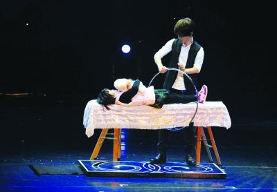 刘谦变魔术 观众很抢镜(组图)
