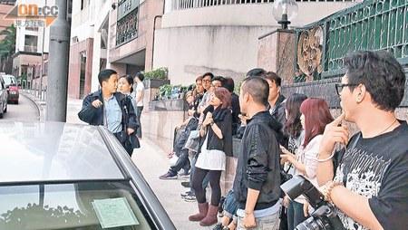 大批传媒在陈浩民寓所楼下守候。
