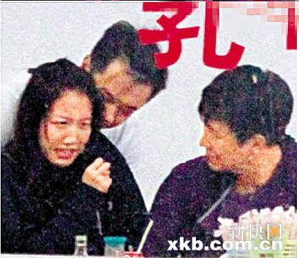早前陈嘉桓练功受伤,老板冼国林到医院照顾。