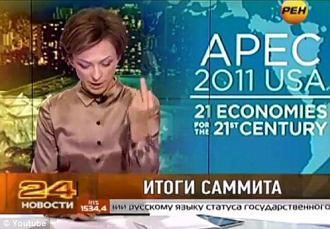 """俄罗斯女播音员莉马诺娃在读到""""奥巴马""""的时候比出中指。"""