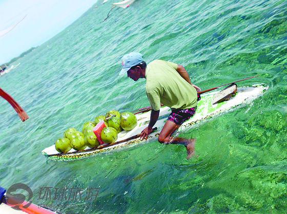 游客在菲律宾长滩岛近海坐船欣赏海景,会遇到满载椰子的小船.