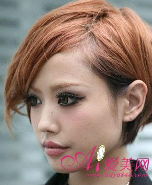 全包的眼线也是非常的酷感,眉毛也染成和头发相近的颜色才是流行的,不图片