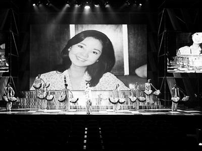 山寨版邓丽君惟妙惟肖的演唱,把观众又带回了上世纪80年代。