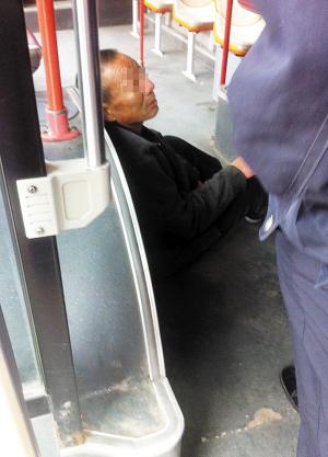 昨日上午,在3路公交车下瓦房公交总站,一名醉酒男子耍酒疯,赖在车上不肯下车,导致一辆3路公交车滞留原地一个多小时无法运营。