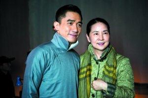 林凤娇探班《大魔术师》,也忙着与偶像梁朝伟合影,并说会向儿子炫耀。