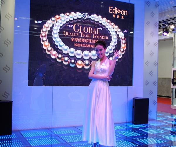 模特现场展示爱迪生珍珠饰品