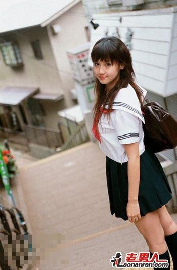 日本穿超短裙中学生