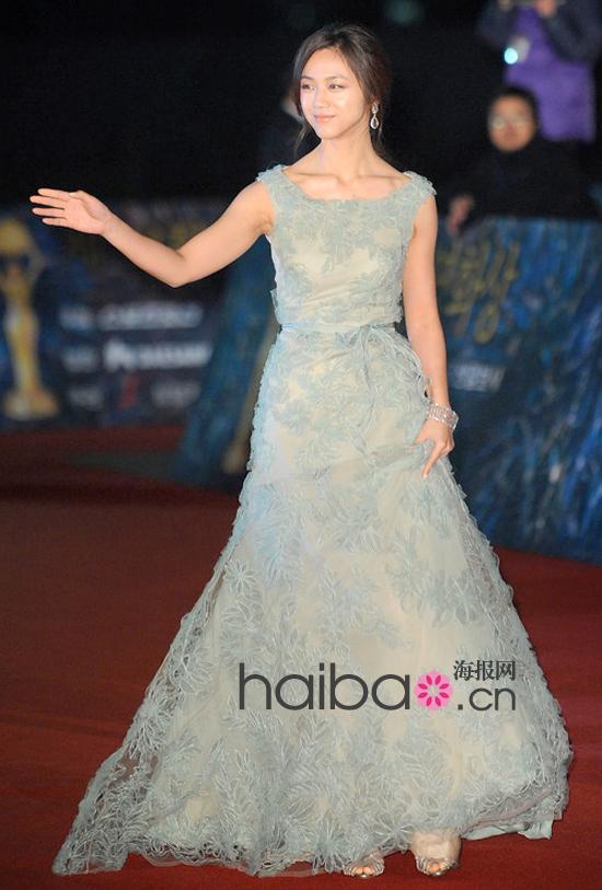 汤唯淡妆率先登场,为第32届韩国电影青龙奖颁奖典礼增添星光!身穿华伦天奴 (Valentino) 曳地绿裙是否能闪亮全场?