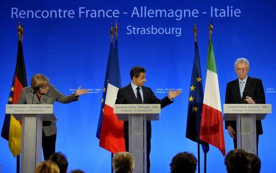 德国总理默克尔(左)与法国总统萨科齐(中)、意大利总理蒙蒂(右)三国首脑举行会晤共商欧债危机对策。