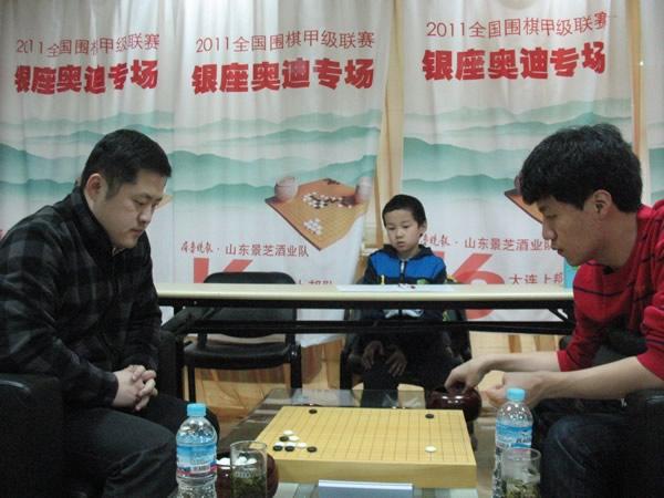 图文:围甲第20轮山东迎战大连 周鹤洋VS李映九