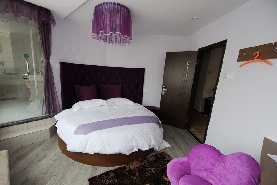 """11月25日,安徽合肥环城公园附近,出现一家""""情趣旅馆"""",房间里不仅有图片"""