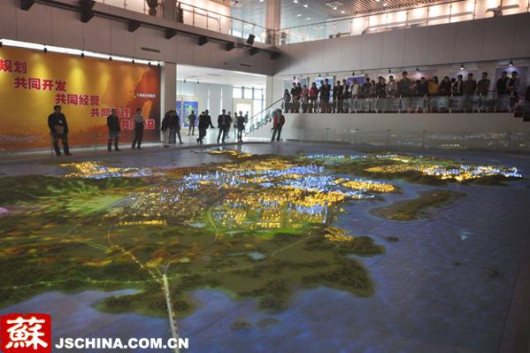 平潭与台湾有着深厚的历史渊源,两地民众关系密切,文化相互交融,经贸往来久远,在开展两岸合作先行先试中具有独特的优势。平潭综合实验区党工委、管委会办公室主任谢秀桐表示。   今年,加快平潭综合实验区开放开发写入国家十二五规划纲要和国务院批准的《海峡西岸经济区发展规划》,平潭开放开发上升为国家战略。福建省委、省政府把平潭开放开发作为贯彻中央对台决策部署的重要抓手和海西建设的战略突破口,举全省之力,超常规推进。   但在平潭开发之初,许多人都有这样的疑问:这样一个封闭落后的海防边陲能有多大吸引力?
