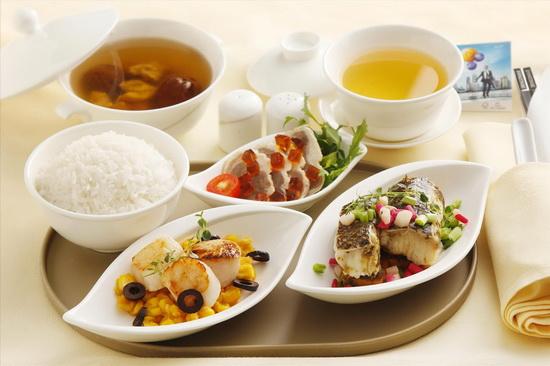 港龙服人员展示为旅客精心配制的空中美食。