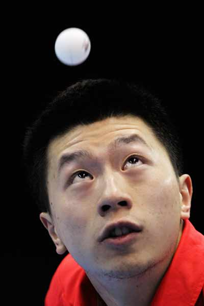 图文:乒联总决赛男单1/4决赛 马龙发球瞬间