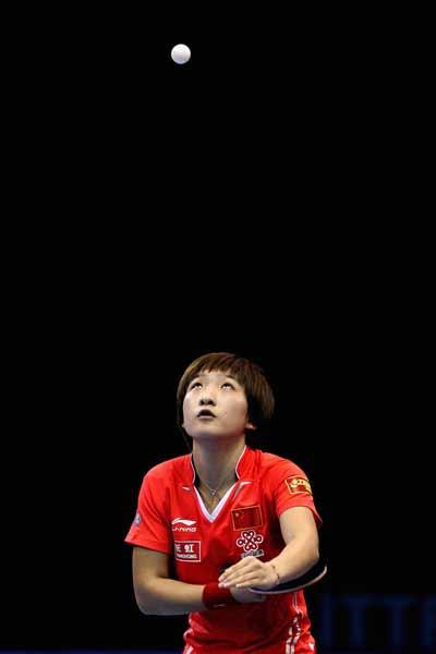 图文:乒联总决赛女单比赛 刘诗雯发球