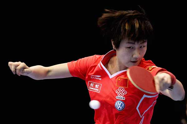 图文:乒联总决赛女单比赛 丁宁犀利回球
