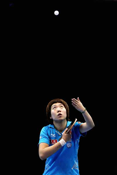 图文:乒联总决赛女单比赛 李晓霞发球
