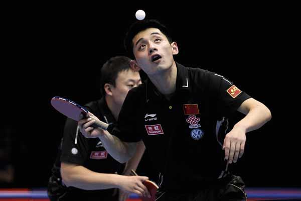 图文:乒联总决赛男双决赛 张继科发球瞬间