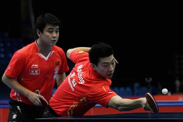 图文:乒联总决赛男双决赛 马龙网前截击