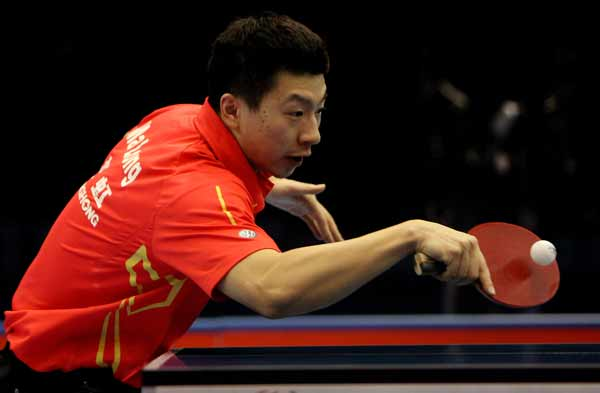 图文:乒联总决赛男单决赛 马龙回球-