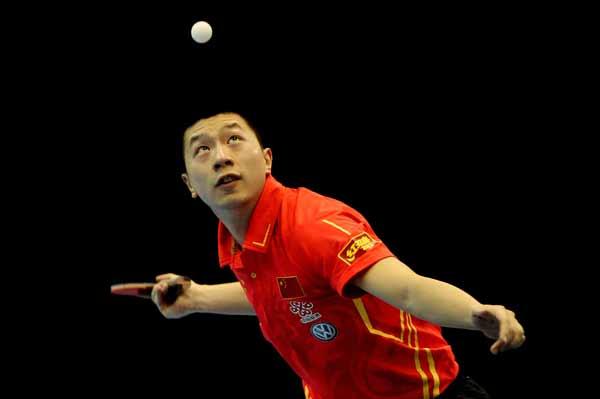 图文:乒联总决赛男单决赛 马龙抬头发球