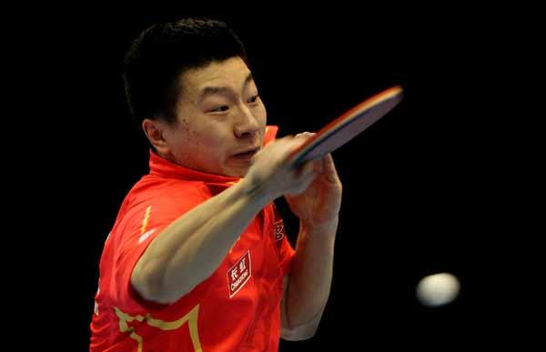 图文:乒联总决赛男单决赛 马龙进攻