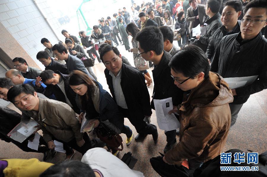 在安徽省合肥市解放军陆军军官学院考点内,考生们准备进入考场.-