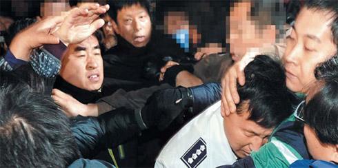首尔警察署长被群殴 韩国反FTA集会愈演愈烈