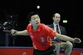 图文:2011国际乒联总决赛 抓拍马龙发球