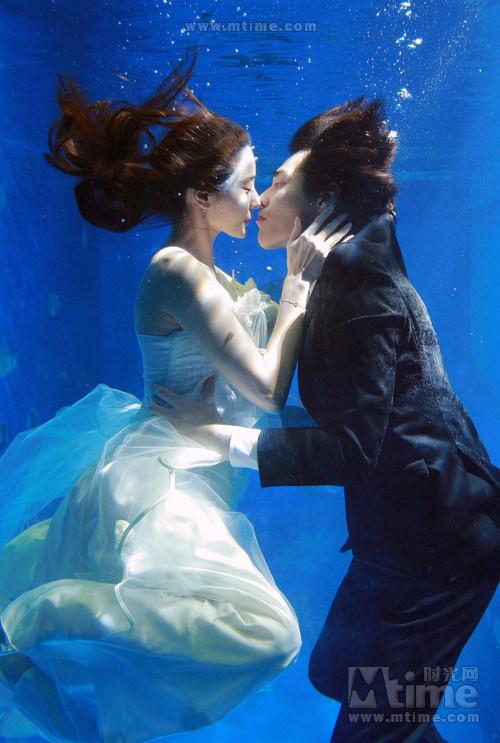 韩彩英与蓝正龙唯美的水下婚礼