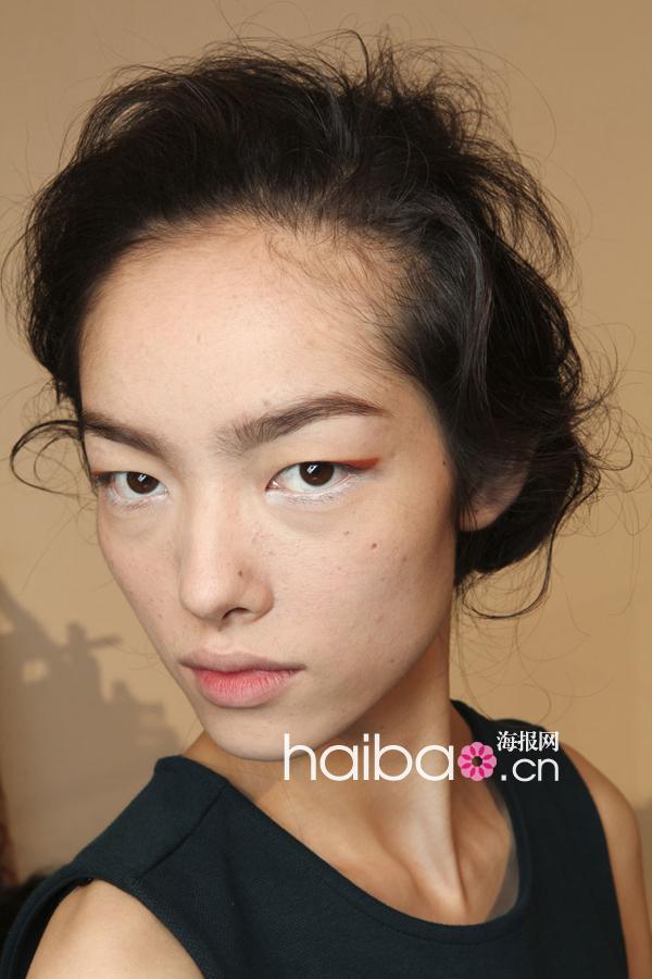 活力暖橙遇见幽静白雪,猫眼妆施展色彩魅惑!玛尼 (Marni) 2012春夏女装秀场彩妆造型