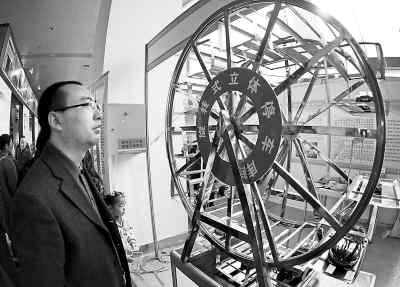 看展出的旋转式立体停车库模型.-武汉 创业赶集会受热捧