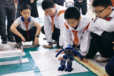 小学生:别看我小,机器人得听我的(图)